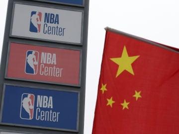 El logo de la NBA y la bandera de China, juntos