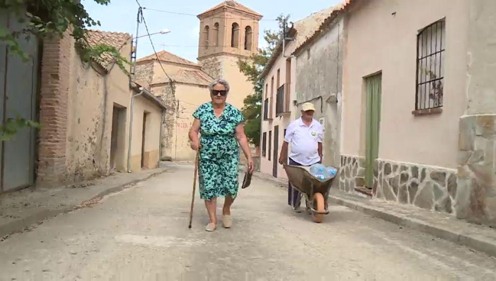Ochando, el pueblo que lucha contra la España vaciada... y la falta de agua potable: así es vivir entre garrafas y purines
