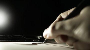 Imagen de archivo de una mano escribiendo