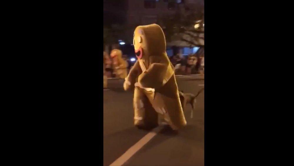 Un perro hambriento ataca a un hombre disfrazado de galleta