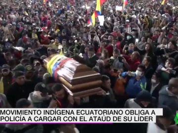 El movimiento indígena ecuatoriano obliga a la policía a cargar con el ataúd de su líder, muerto en las protestas