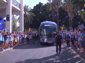 La afición del Málaga es de Primera. el espectacular recibimiento a su equipo en La Rosaleda