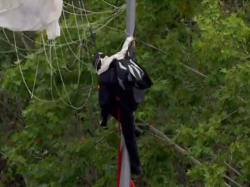 Imagen del paracaidista enganchado a la farola
