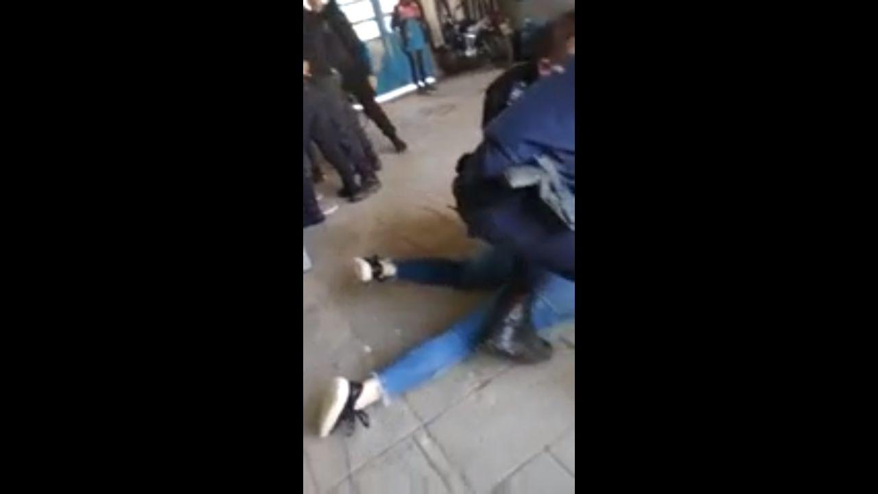 Un vídeo recoge el momento en el que la Policía interviene en la pelea entre una madre y sus dos hijas y la directora de un instituto.