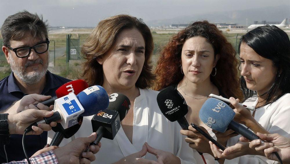 Anda Colau, alcaldesa de Barcelona, atiende a los medios junto al alcalde de Prat de Llobregat, Lluís Mijoler.
