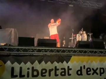 Pablo Hasel quemando la bandera de España
