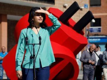 Inés Arrimadas durante un acto en la Plaza de Ayuntamiento de Móstoles.