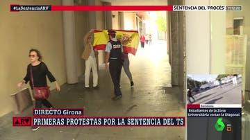 Momento en el que los agentes han sacado a la protesta de Girona a la pareja