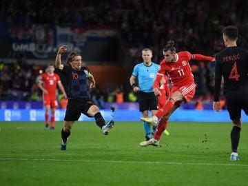 Bale dispara ante la defensa de Modric