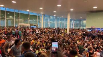 Los manifestantes entonan el 'Bella Ciao' en una sentada dentro del aeropuerto de Barcelona