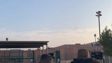 Un parapente sobrevuela la prisión de Lledoners