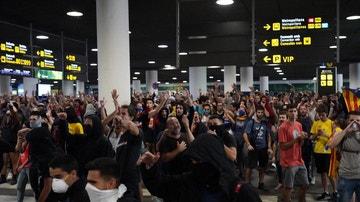 Imagen de un grupo de manifestantes en el Aeropuerto de El Prat