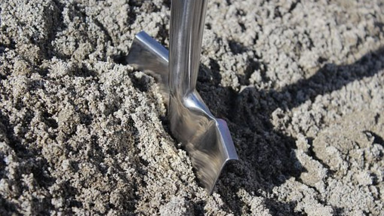 Imagen de archivo de una pala enterrada