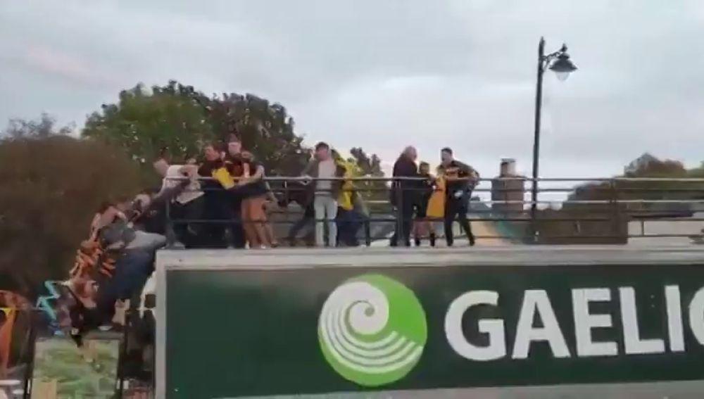 Varios jugadores caen de lo alto de un autobús en plena celebración