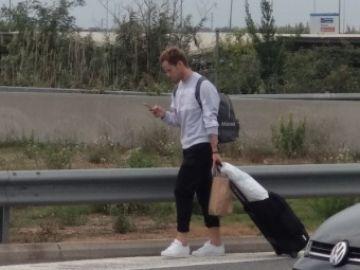 Rakitic, a pie por la carretera de El Prat debido a los cortes en el aeropuerto.
