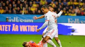 La mejor ocasión de la primera parte entre Suecia y España con el mano a mano de Thiago.