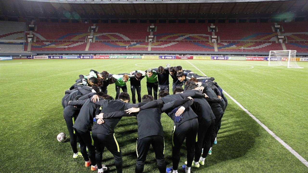 Los jugadores de Corea del Sur hacen piña antes del partido contra Corea del Norte