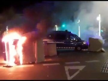 Arden motos y contenedores a modo de barricadas en las protestas de Barcelona tras la sentencia del procés