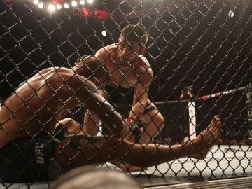 Khabib Nurmagomedov y Dustin Poirier, en combate de UFC
