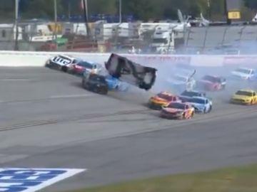 El coche de Brendan Gaughan sale por los aires