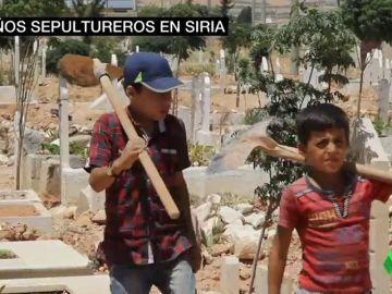 Trabajar cavando tumbas en vez de ir al colegio: el día a día de los niños sirios por una guerra que no tiene fin