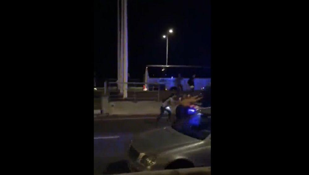 Un furgón de los Mossos empuja a varios manifestantes
