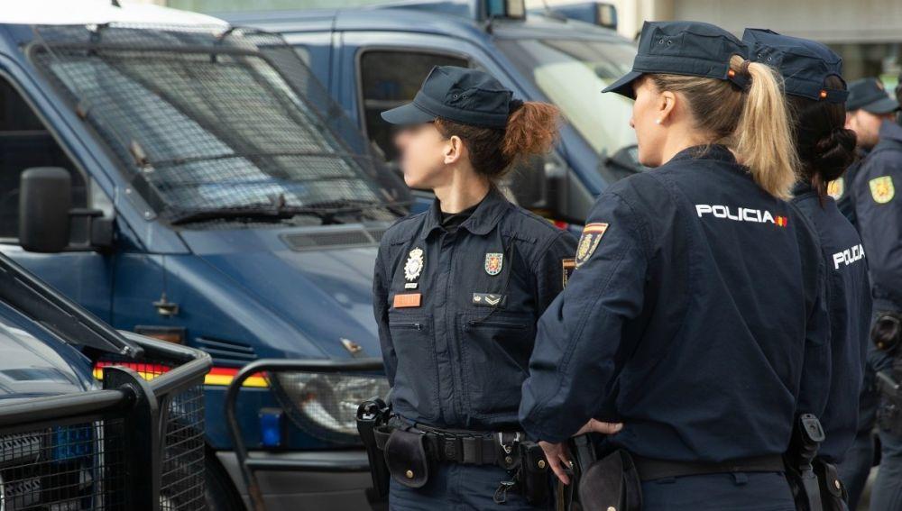 Dos mujeres agentes de la Policía Nacional