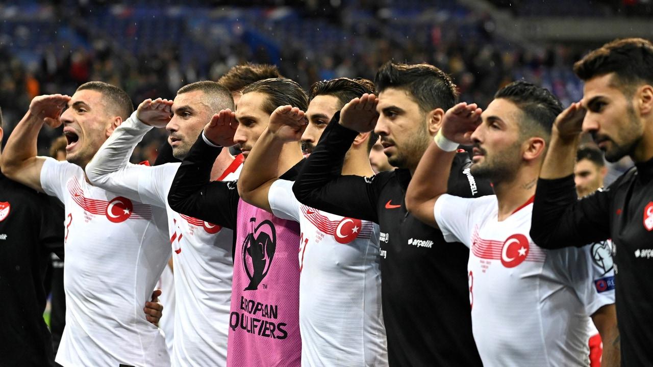 Los jugadores turcos hacen el saludo militar tras el partido contra Francia