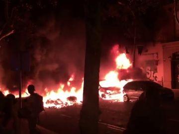 Coches en llamas en la tercera noche de protestas en Barcelona