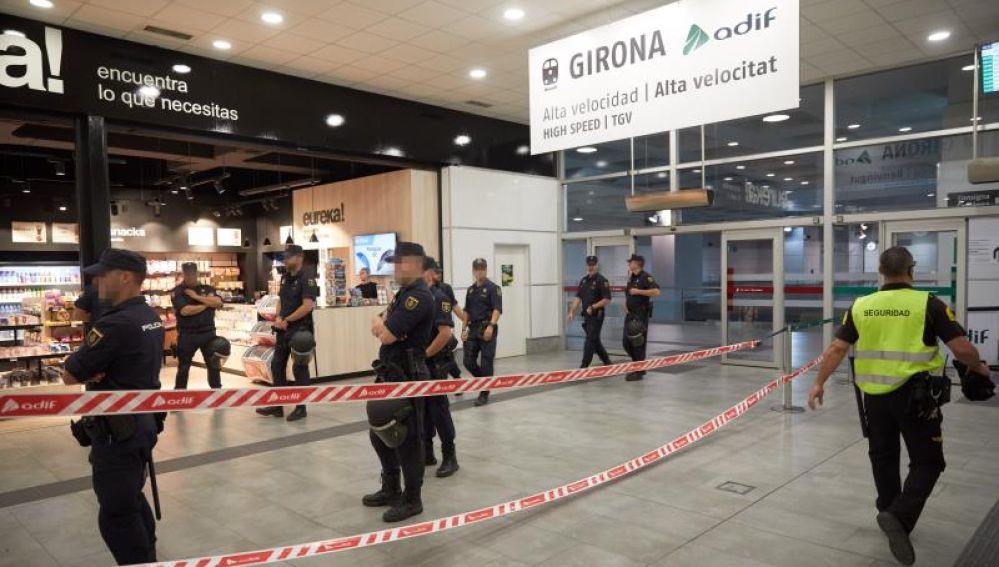 Agentes de la Policía Nacional custodian la Estación del AVE de Girona