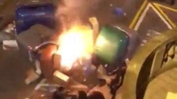 Brutal agresión a un hombre que intentaba apagar contenedores en llamas durante las protestas en Barcelona