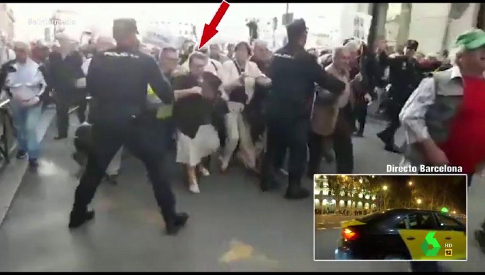 """Dani Mateo alucina con la valentía de una pensionista al apartar a la Policía para que los jubilados llegaran al Congreso: """"¡Eso sí, el bolso no lo suelta!"""""""