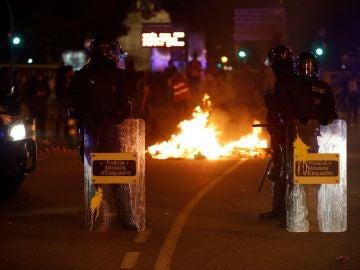 Cargas y quema de vehículos en la tercera jornada de protestas tras la sentencia del procés