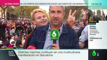 Un manifestante de Barcelona intenta boicotear el directo de un reportero de laSexta