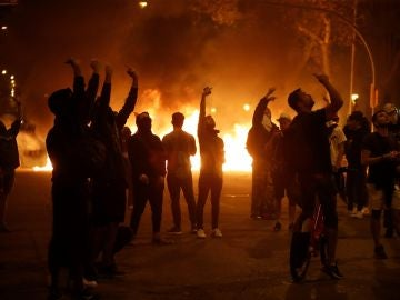 Manifestantes durante los disturbios ante la consellería de Interior en Barcelona en el tercer día de movilizaciones de protesta