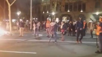 Una señor impide que un radical queme una señal de tráfico en Barcelona