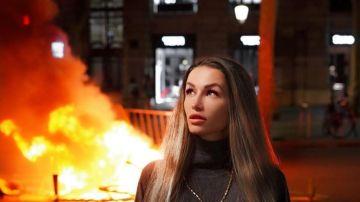 Una 'influencer' posa junto a las barricadas en Barcelona