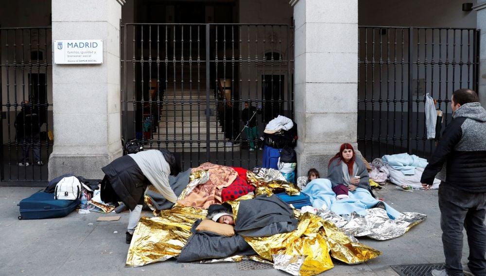 Cerca de un veintena de personas a las puertas del Samur Social de Madrid