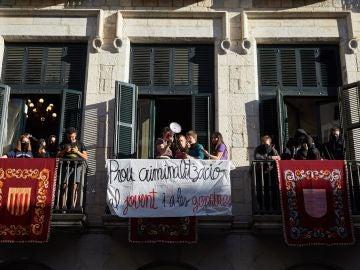 Decenas de jóvenes okupan el Ayuntamiento de Girona por la decisión de cancelar los conciertos y los estands de las fiestas patronales