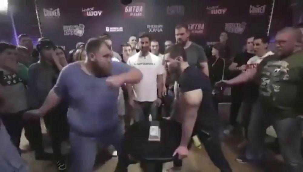 El sobrecogedor KO del rey de las bofetadas al 'Popeye ruso'