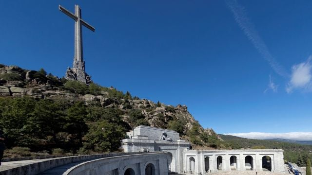 Familiares de Franco portan el féretro con los restos mortales del dictador tras su exhumación
