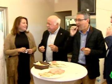 Miembros de la Junta de Andalucía desayunando carne mechada