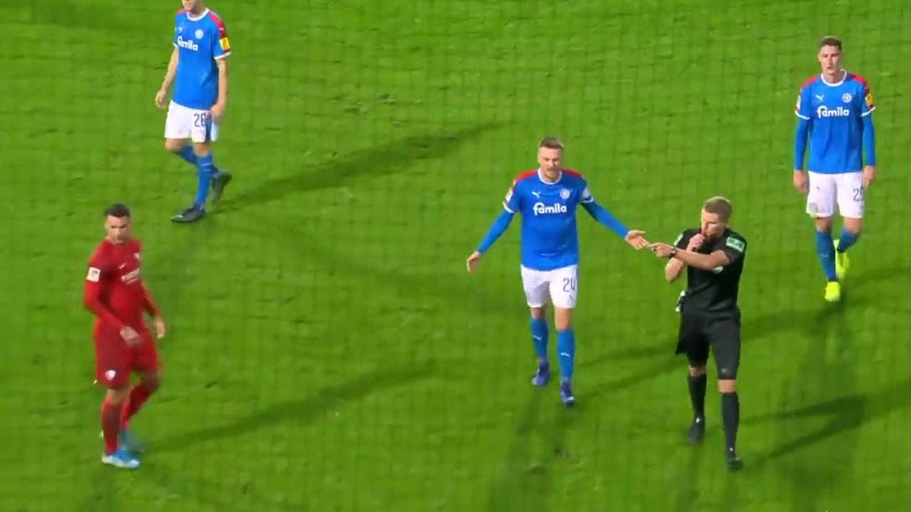 El árbitro pita penalti tras ver el VAR