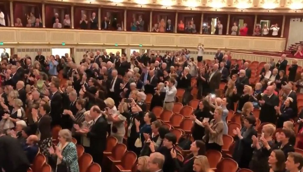 Imagen del público ovacionando a Plácido Domingo en Viena