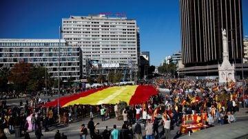 Decenas de personas sostienen la bandera de España de 1.000 metros cuadrados