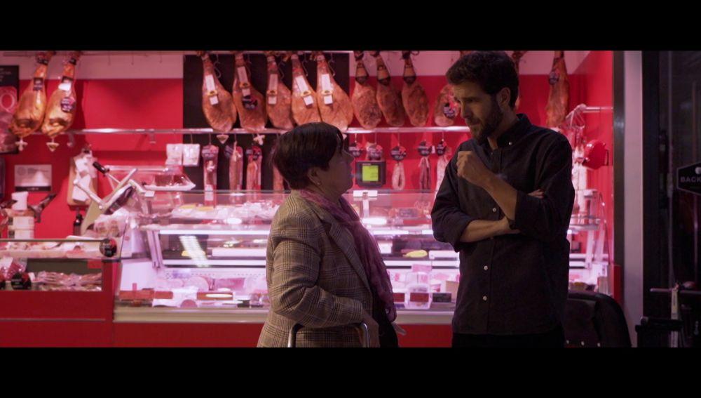 Una mujer habla con Gonzo