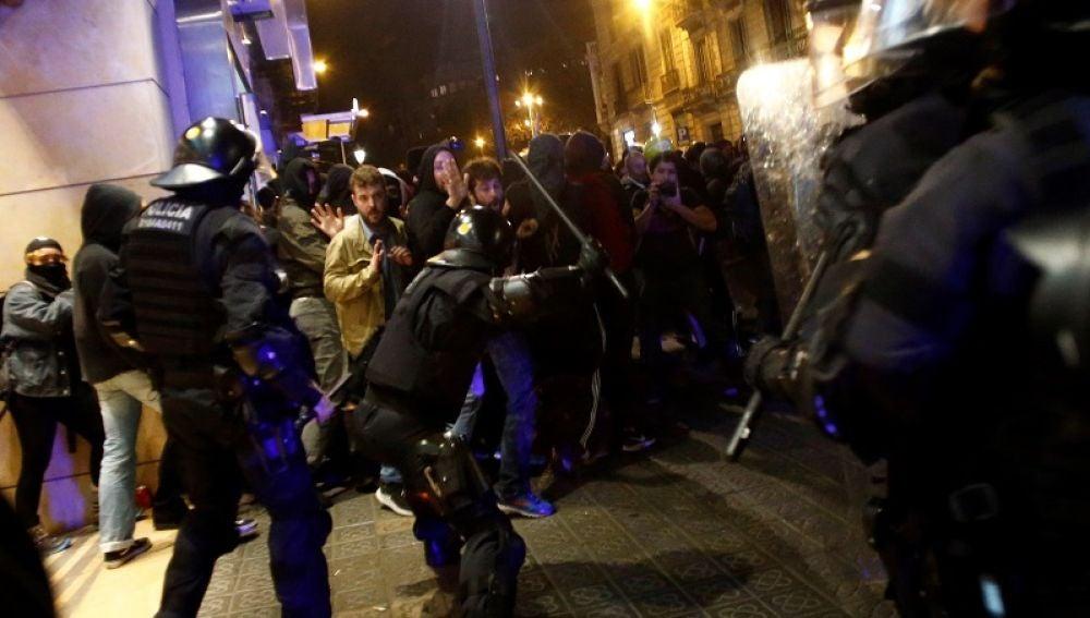 Enfrentamientos entre policías y manifestantes en Barcelona