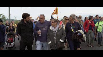 Gonzo habla con varios catalanes en una marcha