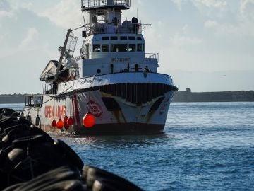 El Open Arms y otros dos barcos esperan un puerto tras el rescate de centenares de migrantes.