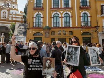 Concentración frente a la Basílica de La Macarena de Sevilla para reclamar la exhumación de los restos de Queipo de Llano